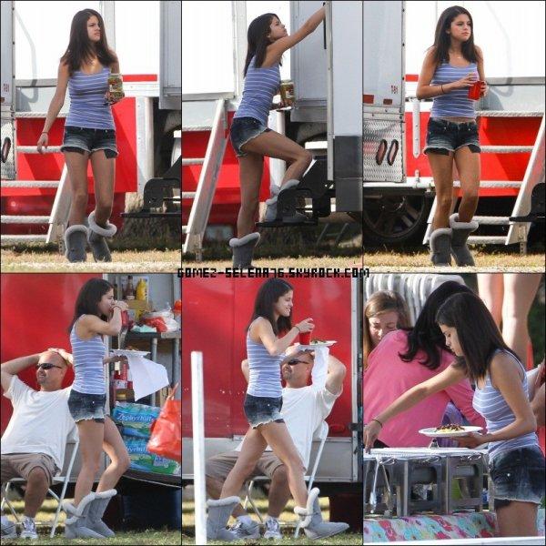 """09/03/2012 Selena Gomez sur le tournage de """"Spring Breakers"""" qui mange ... encore & encore ... + Photo personnel de Selena poster sur Twitter"""