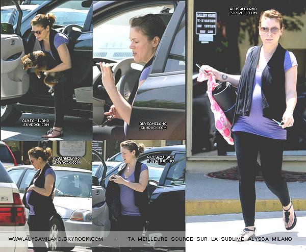 .  26.05.11 - Alyssa a été photographié alors qu'elle allait a son cours de yoga.  .