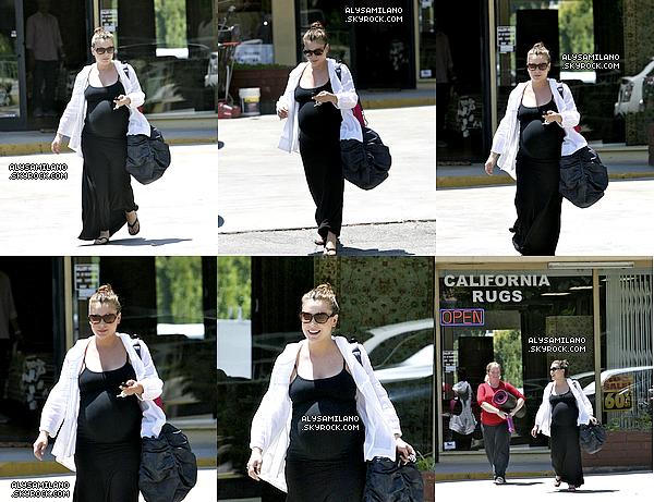 .  21.07.11  - Alyssa a été photographié sortant de son cours de yoga.  .