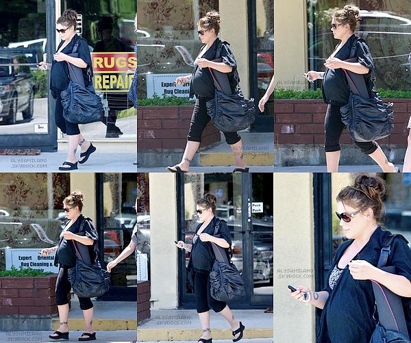 .  18.08.11  - Alyssa a été photographié sortant de son cours de yoga.  .