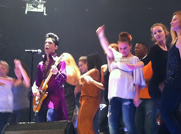 . En feuilletant le net j'ai trouver cette photo d'Alyssa au concert de Prince le 27 Mai 2011 , elle danse comme une folle sur la scène, elle a bien raison de ce défouler un peu (beaucoup plutôt..). POUR VOIR LE CANDID CLIQUE ICI. .