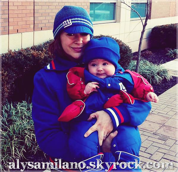 . Voici une photo d'Alyssa et Milo lors du Superbowl , la photo a été postée sur le site officiel d'Alyssa.  .
