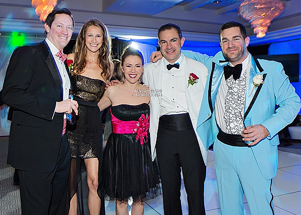 . 19.12.12 -  Alyssa à sa soirée d'anniversaire sur le thème des bals de promo des années 90. 40 ANS , ça se fête non ? :D J'aime bien la robe d'Alyssa mais j'aime pas trop le costume de David..mais la photo est jolie :).