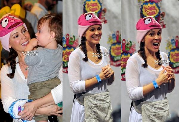 .  23.11.12 - Alyssa, Milo, David et Cory sont allaient à un spectacle pour enfants. Ils sont beeeaux vous trouvez pas ? Les tenues sont simples mais jolies..donc top et au passage j'adore les bonnets! *-*