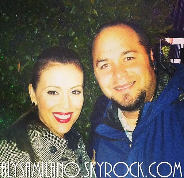 . 21.02.13 : Voici une photo d'Alyssa avec un fan, alors qu'elle sortait de la soirée Vanity Fair..
