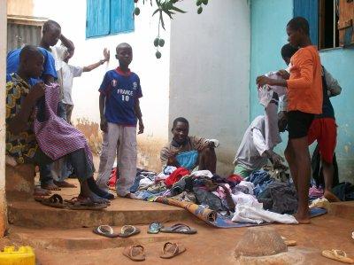 Distribution de linge à Gati et remerciment, avril 2011 au Togo