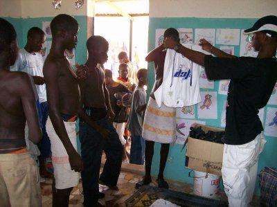 Distribution de linge, inscriptions d'enfants et remerciements Sénégal septembre 2011