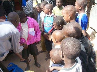 Distribution de linge à la maison et de pulls aux Darras février 2012