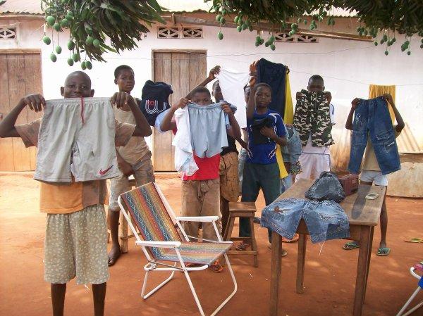 Distribution de linge, match de foot et film vidéo Togo mars 2012