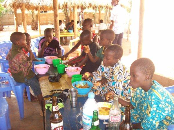 Inscriptions et distribution de fournitures scolaires Togo octobre 2012