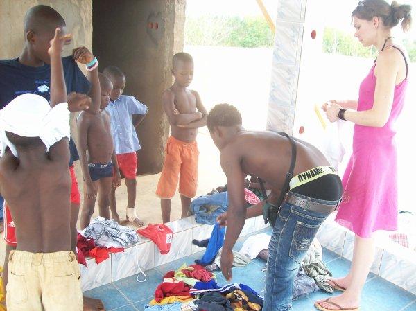 Distribution de linge à nos orphelins Togo mars  2013