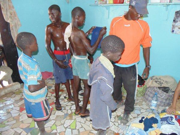 Distribution de linge et de sandalettes Sénégal avril 2014