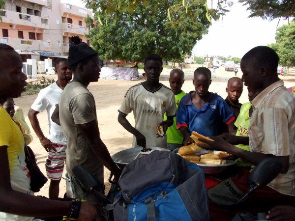 Ecolage et petit déjeuné dans la rue Sénégal octobre 2015
