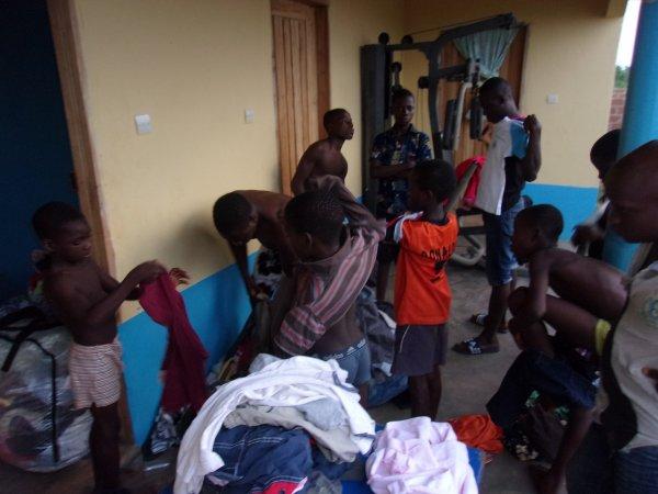 Tournoi de foot et arrivée des colis Togo novembre 2015