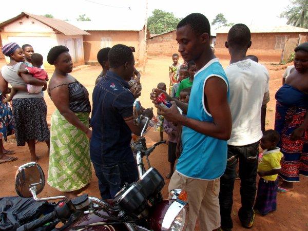 Distribution de jouets et de linge à Gati Togo décembre 2015