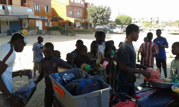 Petit déjeuné dans la rue au croisement Saly  Sénégal janvier 2016