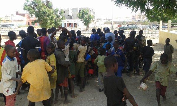 Petit déjeuné dans la rue au croisement Saly Sénégal avril 2016