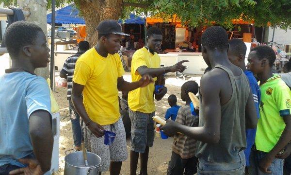 Ecolage et petit déjeuné dans la rue au croisement Saly Sénégal octobre 2016