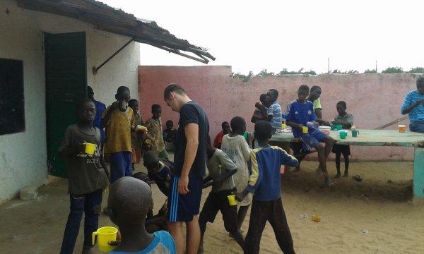 Distribution de linge aux enfants des rues à Saly Sénégal octobre 2016