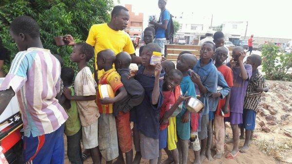 Ecolage et petit déjeuné dans la rue au croisement Saly Sénégal novembre 2016