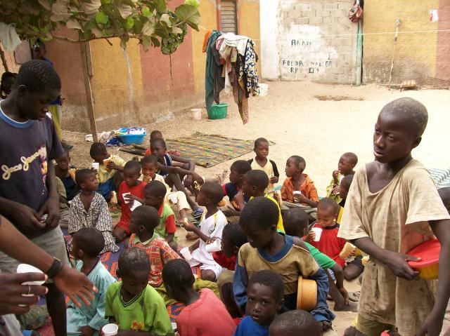 Petit déjeuner servi aux talibés de Saly, au Sénégal