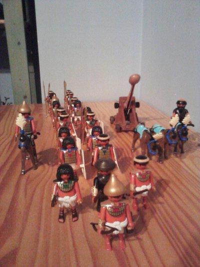 L'armée du pharaon se déplace dans le désert