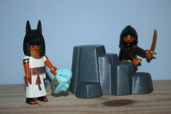 Prêtre égyptien et bandit.