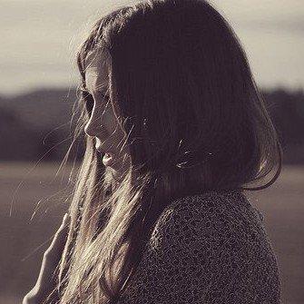 Je suis bien éveillée et je vois bien que le ciel parfait est en lambeaux tu arrives un peu trop tard, je suis déjà en morceaux