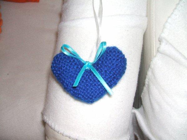 un petit coeur bleu au tricot