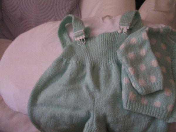 ensemble au tricot, salopette et veste à pois...