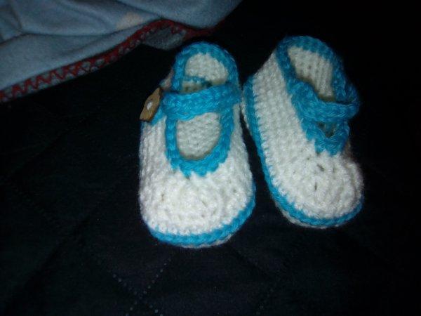 broderie pour Inaya et petits chaussons au crochet assortis