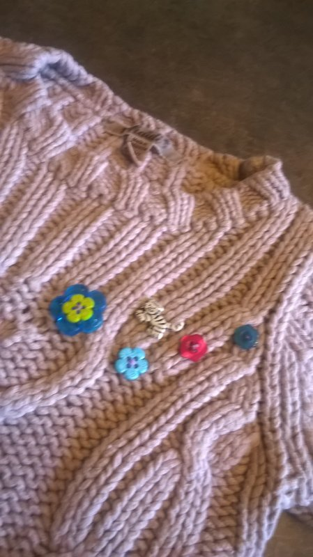 Des petits boutons pour égayer le pull de ma princesse....