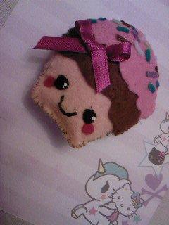 """création feutrine n°3 : broche """"cupcakes"""""""