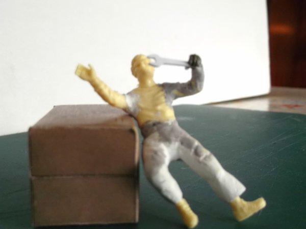 Figurine de mécano allongé