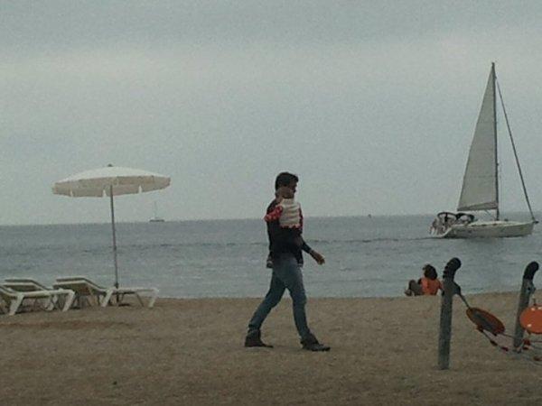 Roger Federer a été apperçu avec une de ses jumelles sur la plage de MC