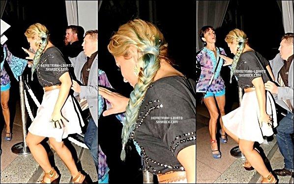 . 23.07.2012 --- Dans la soirée, Demetria - avec son garde du corps - revenant à son hôtel. .