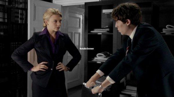"""Natalie Dormer La série """"Silk"""" met en scène Martha Costello (Maxine Peake), une avocate célibataire et passionnée, qui travaille dans un cabinet d'avocats de Londres. Avec elle, Clive Reader (Rupert Penry-Jones), un avocat drôle mais rigoureux. En plus de partager le même travail, ils partagent le même rêve: être promus au rang de """"Silk"""" (""""soie"""" en anglais), un grade très prestigieux en Angleterre. Pour cela, ils enchaînent les dossiers tant qu'ils peuvent. Sous les ordres de Billy (Neil Stuke), le directeur du cabinet, ils prennent sous leur aile chacun un élève. Martha prend Nick Slade (Tom Hughes) et Clive prend Niamh Cranitch (Natalie Dormer). Un seul des deux élèves entrera officiellement dans le cabinet. Mais qui ? Pourquoi ? La série tourne autour de Martha, et de l'évolution de son entourage."""