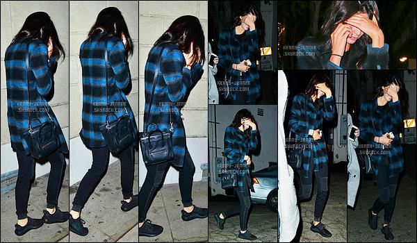 24/11/2015 : Kendall Jenner a été photographiée alors qu'elle allait dînait, avec une amie dans Beverly Hills, CA. Kendall a été à un dîner avec une amie.. Je crois que la brune n'était pas très heureuse de voir les paparazzis puisqu'elle se cachait avec ses mains.
