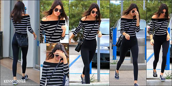 11/12/2015 : Kendall Jenner à été vu effectuant ses courses de Noël au magasin Target à Los Angeles.  J'adooooore tout simplement le haut que porte Kendall, les rayures lui vont à ravir, le pantalon un peu moins.. mais j'adore son sac Céline.