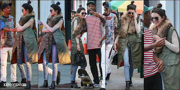 13/12/2015 : Kendall Jenner, Tyler et Taco (des amis de la belle) se promenaient ensemble dans les rues de LA. Je suis totalement fan de la tenue de Kenny (toute souriante)...son bomber est top et elle est sublime et son chignon lui va tellement bien! Un top!