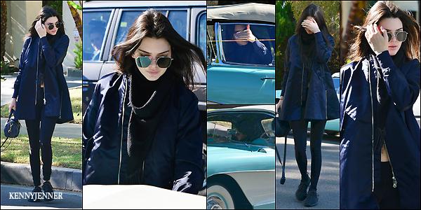 16/12/2015 : Kendall Jenner à été repérée à Los Angeles allant chercher une amie pour se balader ensemble. Les jours passent et les tenues se ressemblent, leggings + bomber + Yeezy c'est la combinaison parfaite du style de Kendall..Un top!