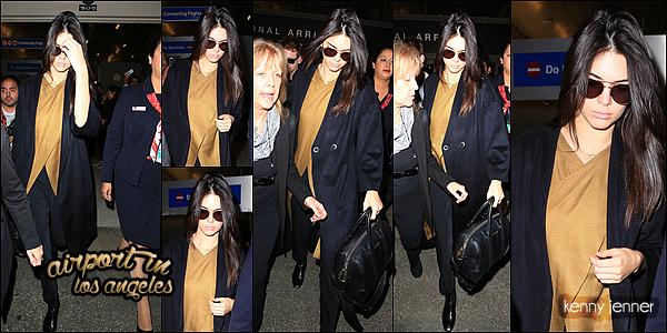 29/01/2015 : Kendall Jenner très fatiguée et revenant de Barcelone à été aperçu à l'aéroport de Los Angeles.. Niveau tenue on ne voit pas très bien et d'ailleurs je ne sais quoi dire d'une tenue d'avion mais j'aime le manteau et ses lunettes de soleil aussi.