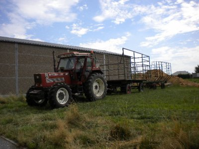Pressage de paille 2009 au volant du F130 julie et son papa qui fait le chariot et moi qui reconduit les chars a la ferme.