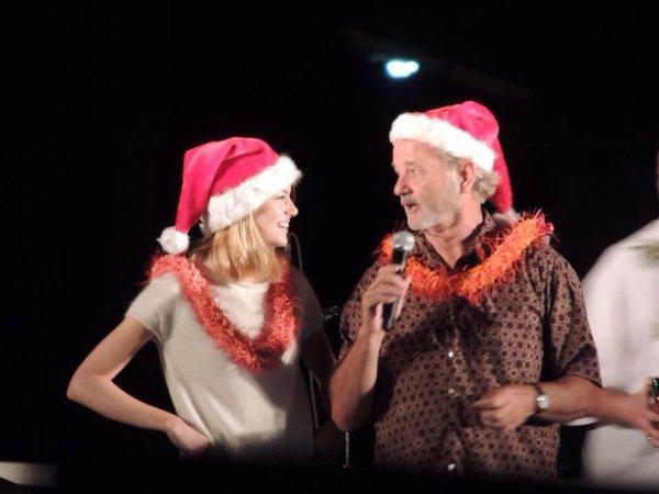 "06/12 : Emma, accompagnée de sa co-star Bill Murray (Deep Tiki) était à la soirée ""Christmas tree lightening"" pour Noël à Hawaï."