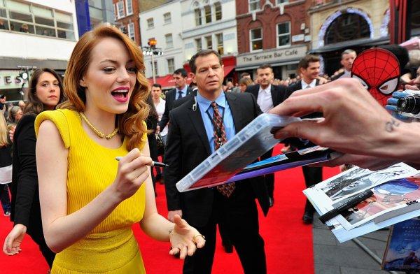 10/04 : L'avant première anglaise de The Amazing Spider Man 2 s'est déroulée à Londres sur Leicester Square. Emma plus belle que jamais, en Versace était aux bras d'Andrew Garfield.
