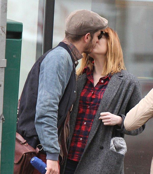 22/05 : Stonefield a été repéré par les paparazzis en train de se promener avec une amie.