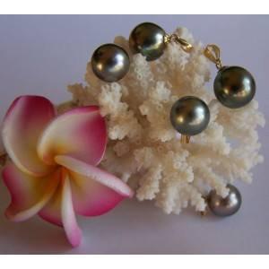 Et cette semaine , comme promis , l'image de Tahiti est pour nous mesdames !! Les fleurs , les perles .Tout ce qu'on aime !
