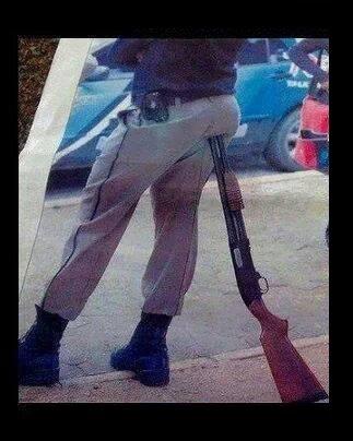 Voici les titres que vous avez suggérer , pour  la photo du policier assis sur son arme ! .... Pas mal les amis ,