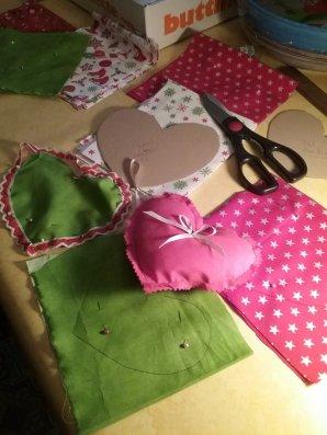 C'est parti avec mes petites créations pour Noel ,cette année ce sera plus couture et  je dois en faire beaucoup pour faire des guirlandes et garnitures de corbeilles ,  alors on s'y prend de bonne heure ........