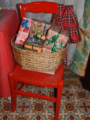 Chaise rouge de Noel : A gauche l'image du net qui m'a inspiré et à droite ma réalisation . Du coup pour l'an prochain je re-donnerai une couche de peinture mat pour faire un effet  peu plus antique , et d'ici là j'aurai surement  trouver mon ourson pour le décor  !!
